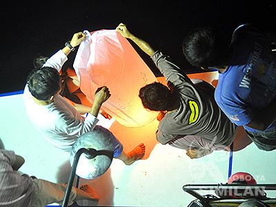 願いを込めて風船灯籠飛ばし