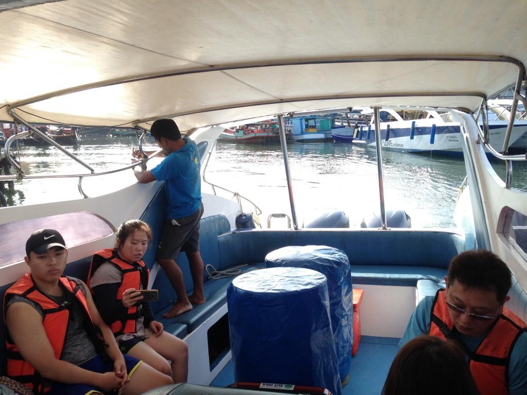 スピードボート4人だけ...。